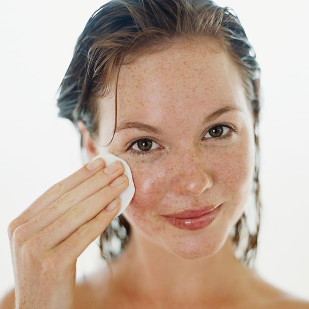Gesichtsreinigung mit Mizellenwasser