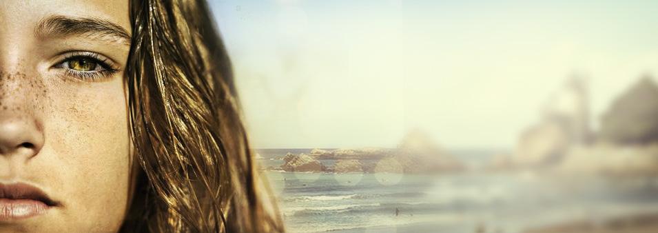 Kind mit Sommersprossen am Meer