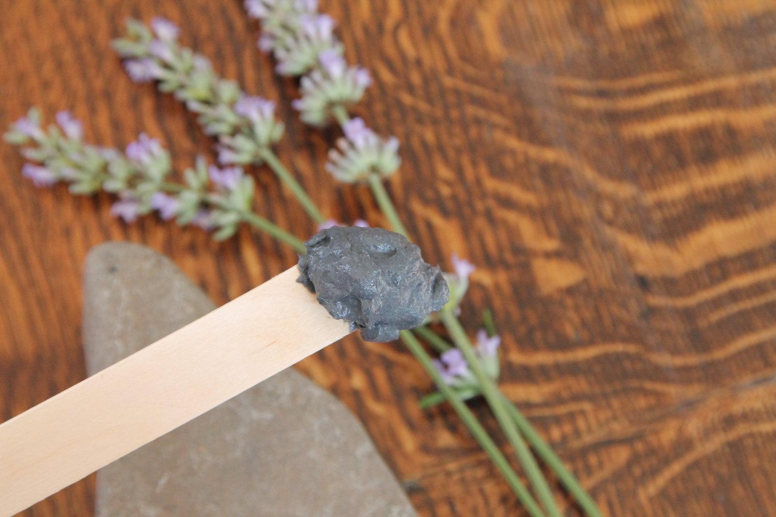 Probe Aktivkohle auf Holzspatula