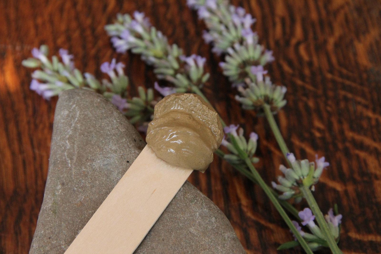 Probe Heilerde auf Holzspatula